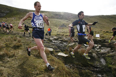 Andy Peace and Mitja Kosovelj race down Pen-y-ghent