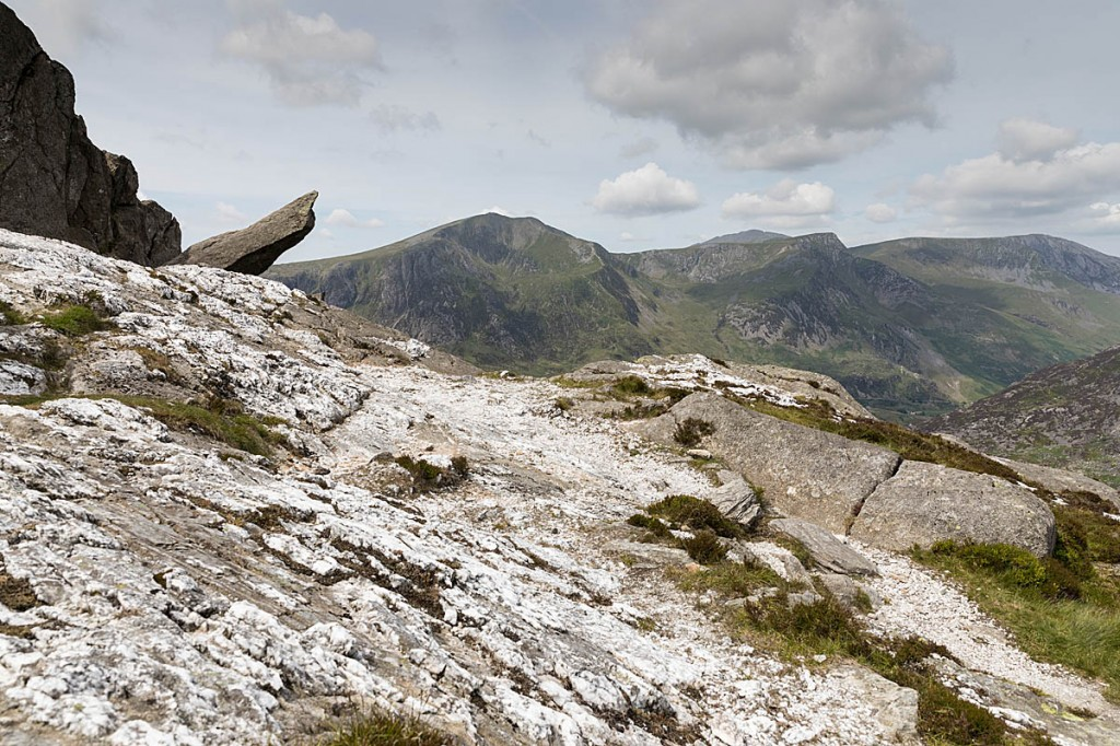 The quartz slabs and Cannon Rock, with Y Garn in the distance. Photo: Bob Smith/grough