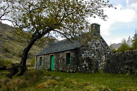 The Gleann Dubh-lighe bothy before it was damaged by the fire. Photo: MBA