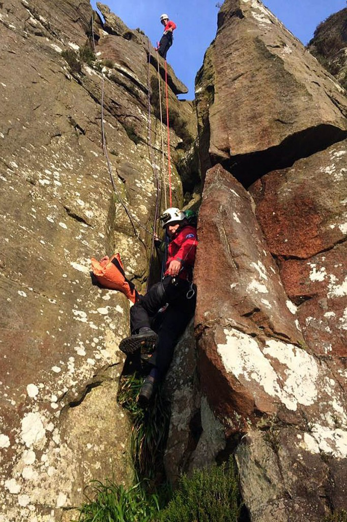 The teams set up a technical rope system to reach the woman. Photo: NNPMRT