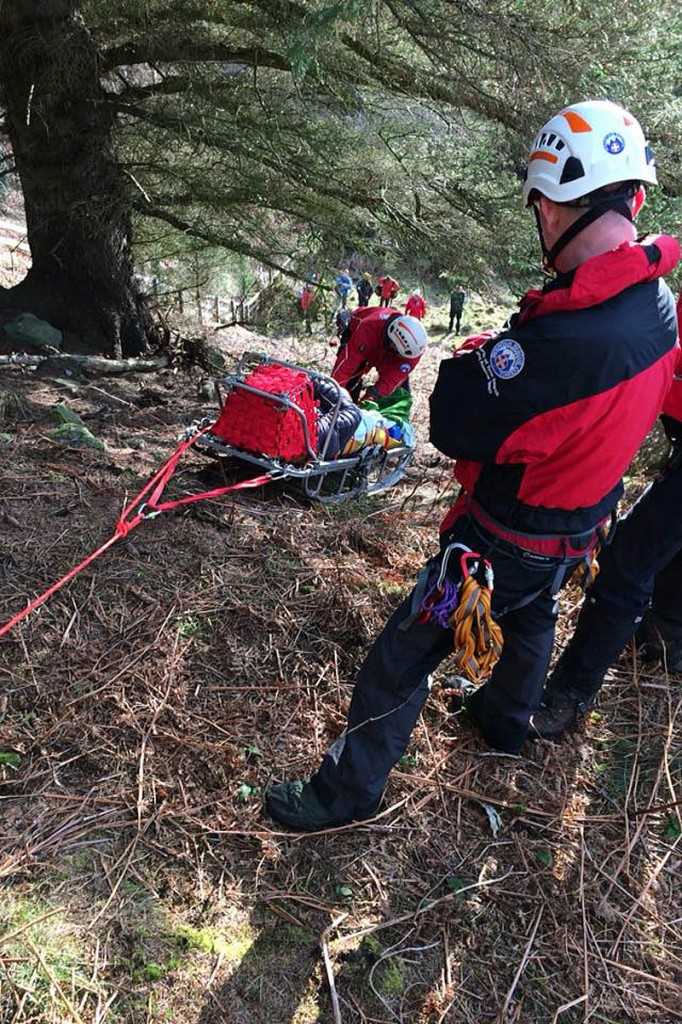 Rescuers rigged up a rope system to lower the injured climber. Photo: NNPMRT