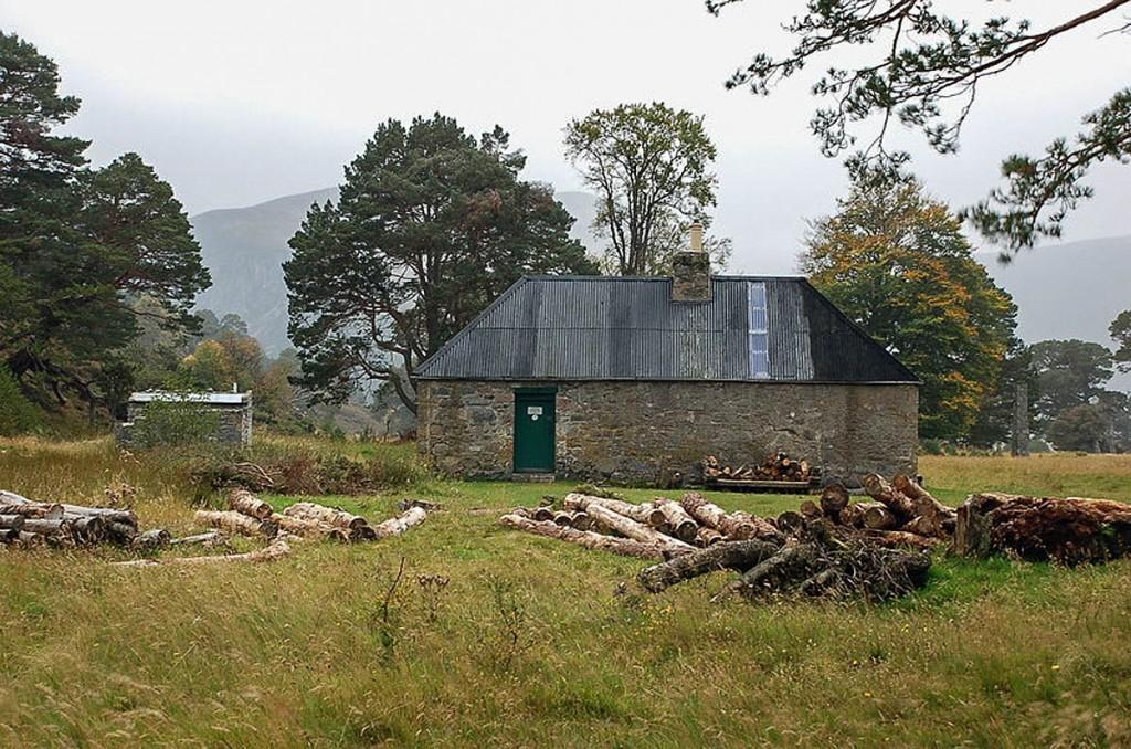 Ruighe-aiteachain bothy in Glen Feshie. Photo: Jim Barton CC-BY-SA-2.0