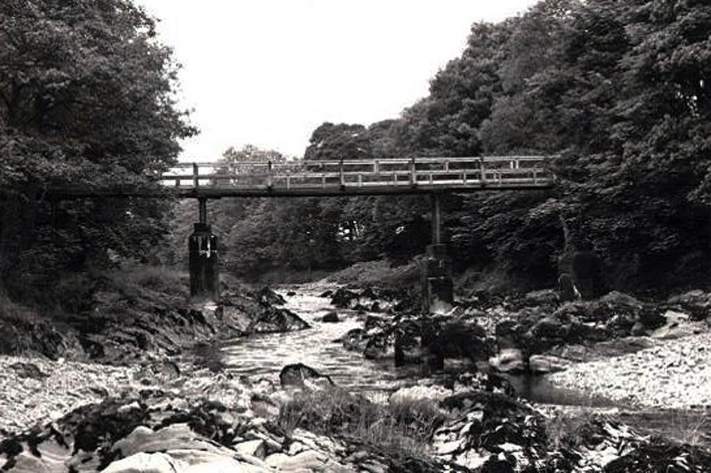 A county surveyor's photograph of the original bridge