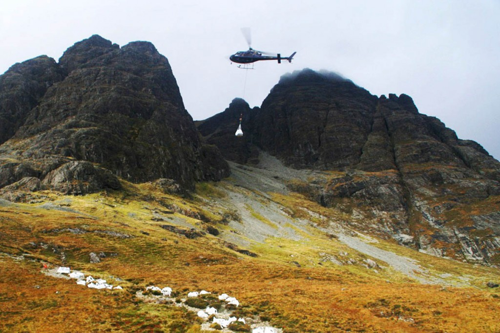 A helicopter airlifts materials to the site on Blàbheinn for the project on Skye