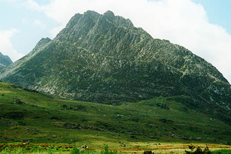 A loose four-ton block has been reported in a gully on Tryfan